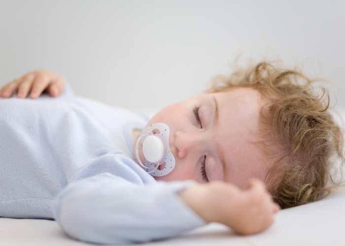 Почему ребенок плачет во сне. проблемы и причины нарушения сна.