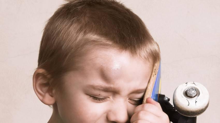 Почему ребенок бьется головой об пол и стены – причины, как реагировать и что делать? — megaboo