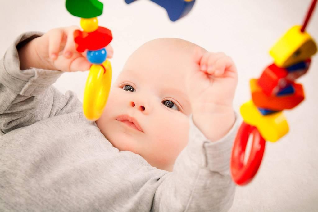 Погремушка для новорожденных : начинаем играть в 1-2 недели