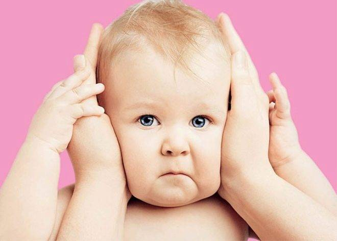 Во сколько месяцев ребенок начинает видеть и различать предметы?
