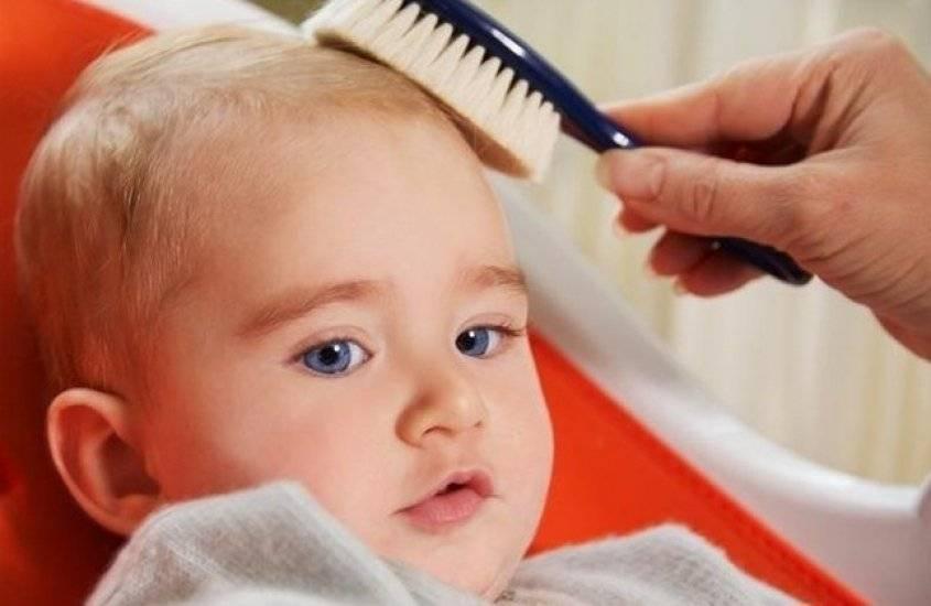 Доктор комаровский - как убрать корочки на голове у младенца и нужно ли их вычесывать?