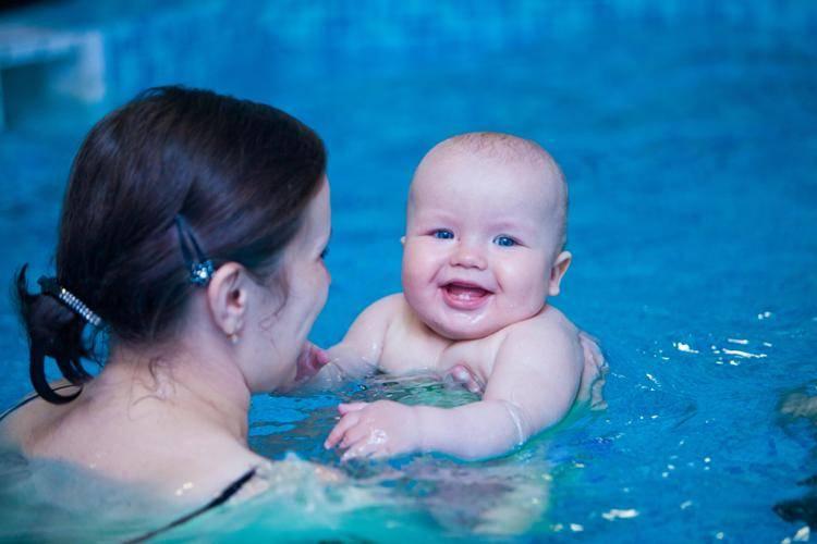 Грудничковое плавание, когда начинать обучать раннему плаванию детей до года