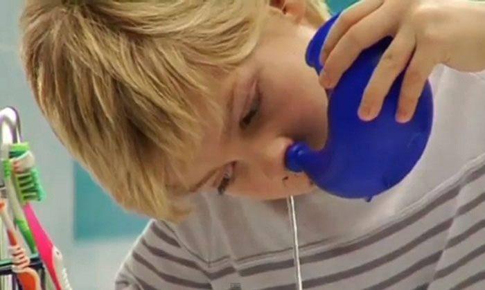 Обильные выделения из носа и другие симптомы: чихание, кашель, боль в горле