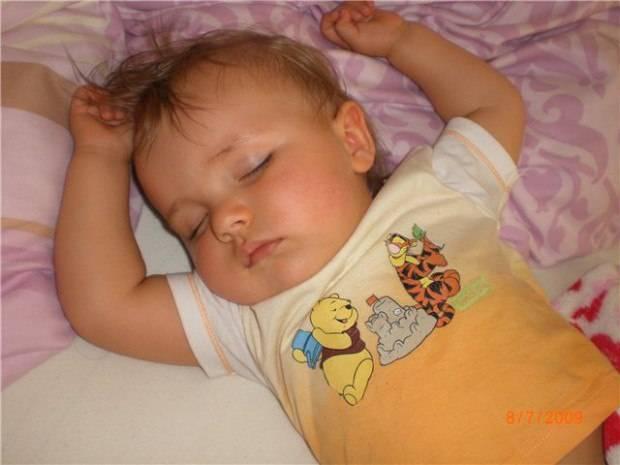 У ребенка во сне потеет голова: причины, советы эксперта комаровского
