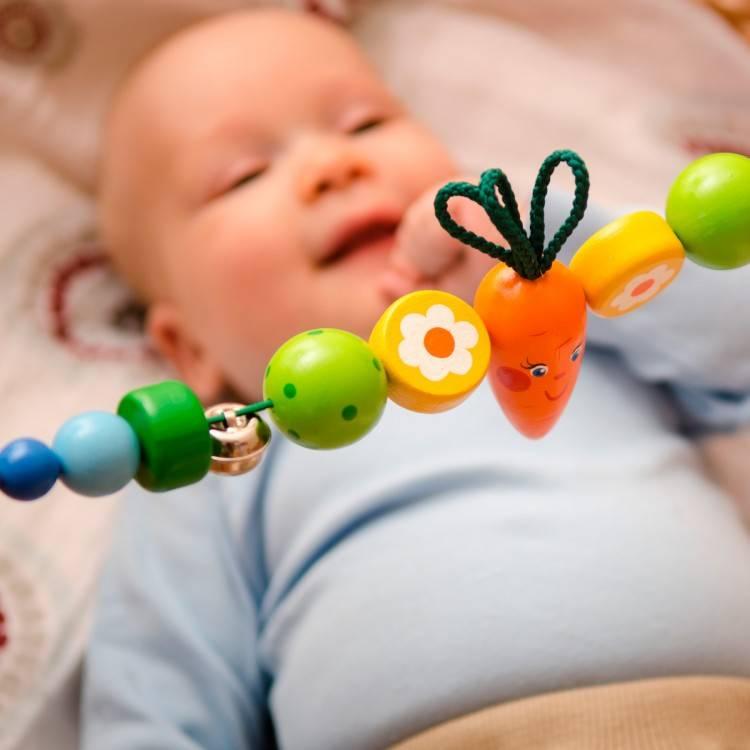 Во сколько месяцев ребенок начинает держать игрушки в ручках