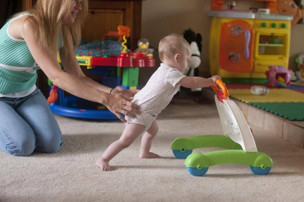 Во сколько ребенок начинает ходить самостоятельно - нормы для мальчиков и девочек
