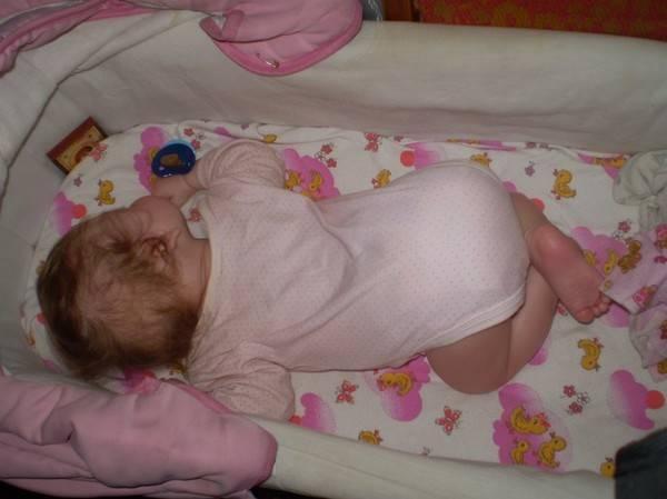 Грудной ребенок выгибает спину и запрокидывает голову: почему   комаровский