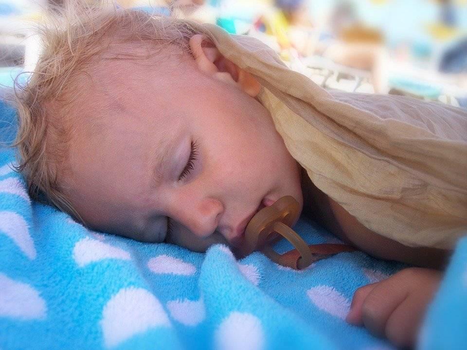 Почему новорожденный не спит ночью и плачет. что делать