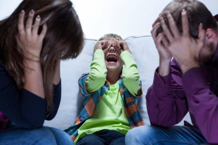 Почему годовалый ребенок может бить себя по голове, ударяться о стены и пол: выясняем причины и устраняем проблему. почему ребенок бьет себя