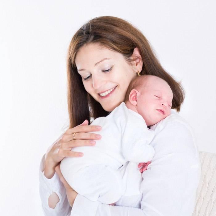 Как правильно держать новорождённого на руках
