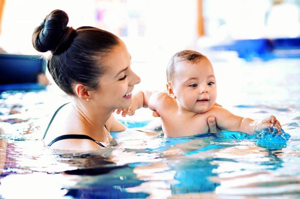 Плавание в бассейне для грудничков |когда лучше начинать занятия?