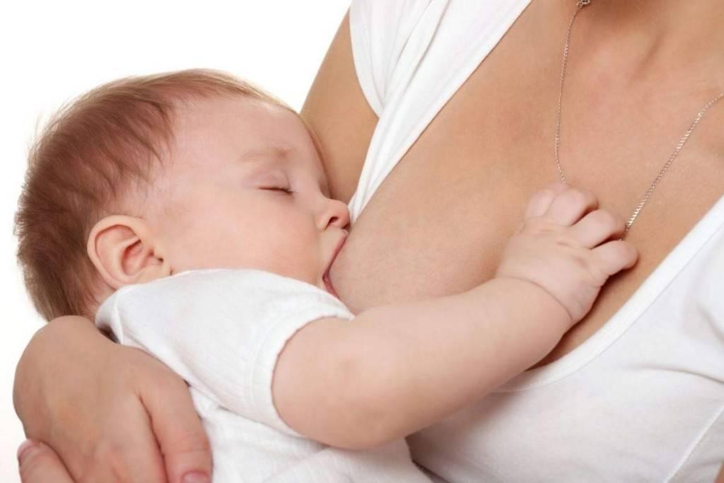 Ребенок не берёт грудь: причины и что делать маме?