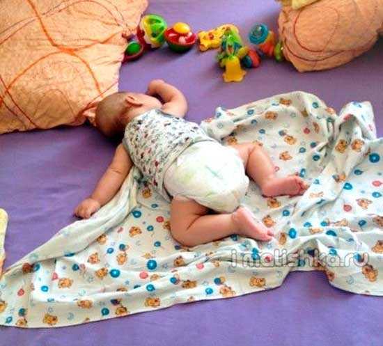 Ребенок 9 месяцев во сне переворачивается. план действий, если грудничок переворачивается во сне на живот и просыпается. можно ли грудничку спать на животе