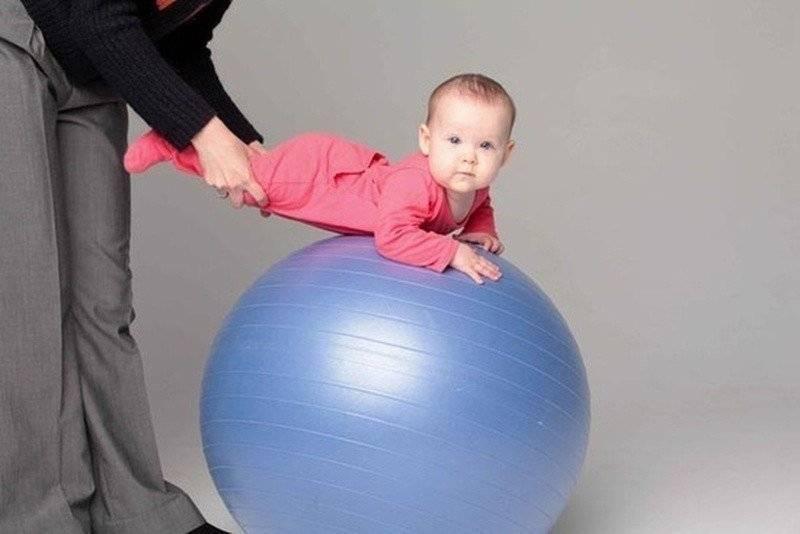 Фитбол для ребенка 3 месяца. занятия на фитболе для грудничков: выбор мяча и видео-уроки с упражнениями на каждый месяц. для малышей от года