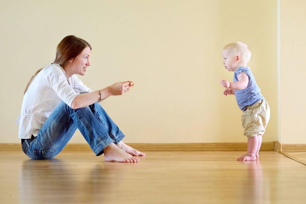 Как научить ребёнка ходить: самостоятельно, без поддержки, в год, комаровский, правильно и быстро, 10-11 месяцев, в ходунках