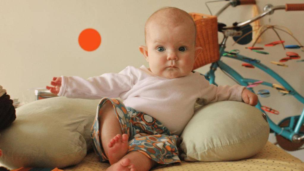 Почему девочек нельзя присаживать раньше 6 месяцев и во сколько можно сажать ребенка: правда и мифы