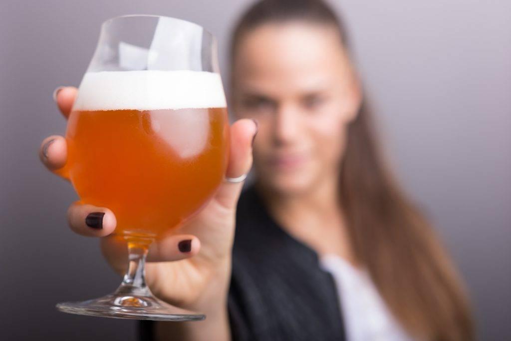Вино при грудном вскармливании: когда и сколько можно пить?