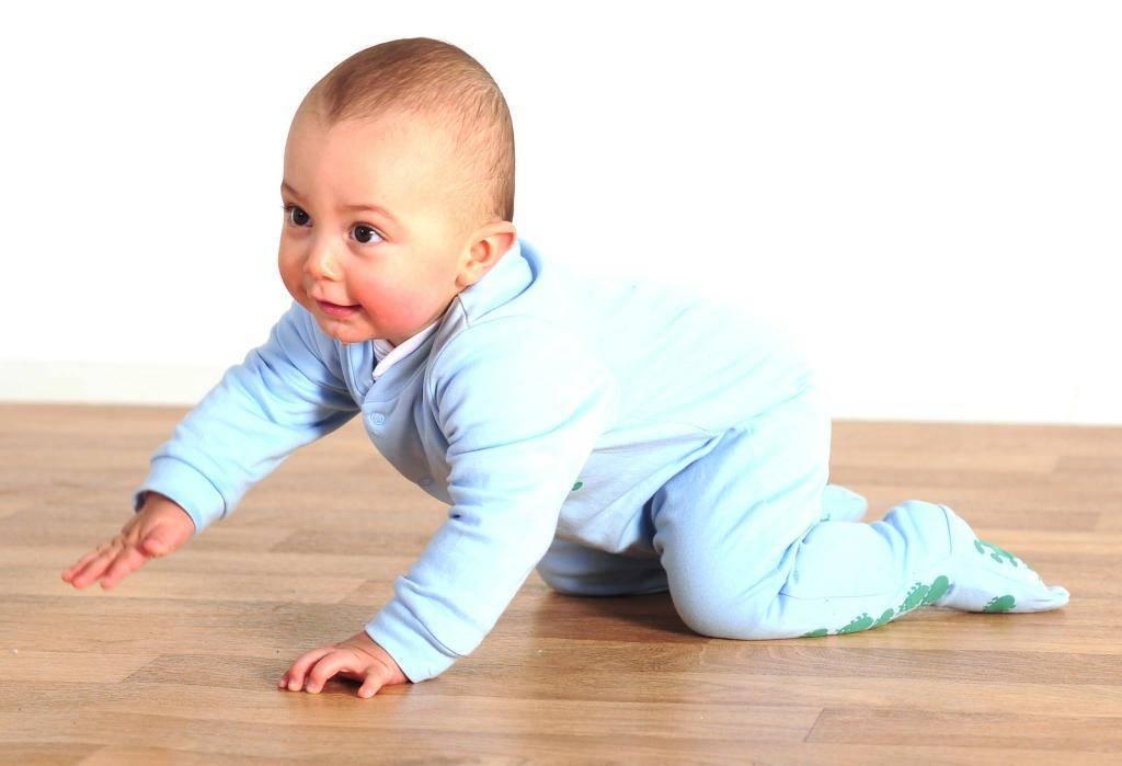 Ребенок ползает назад: причины, нормы развития, рекомендации врачей