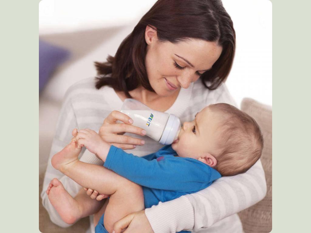 Ищете как правильно кормить новорожденного из бутылочки? обзор самых удобных поз для кормления!