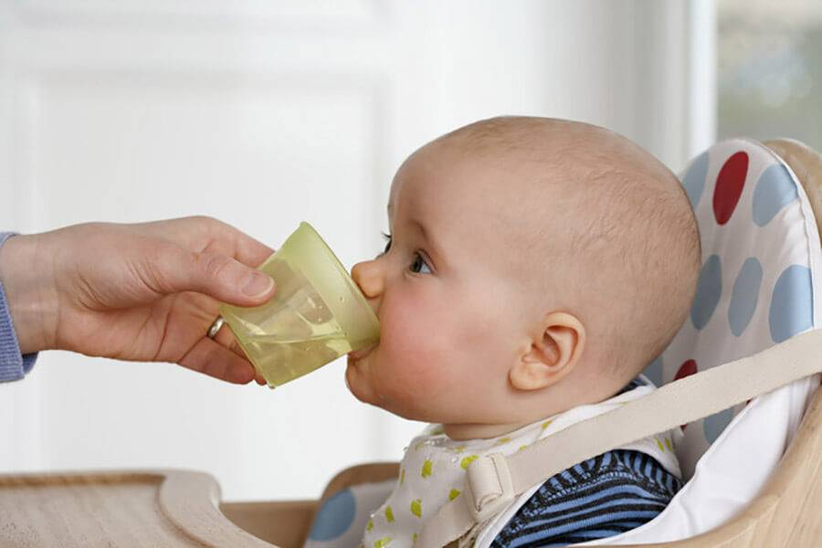 Как научить ребенка пить из кружки: советы и выбор поильника