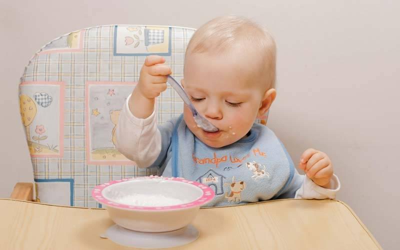 Как научить ребенка есть ложкой самостоятельно: советы и примеры