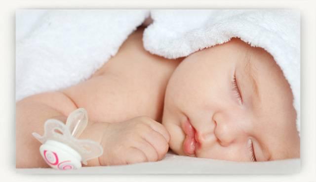 Грудничок долго спит: будить ли его на кормление