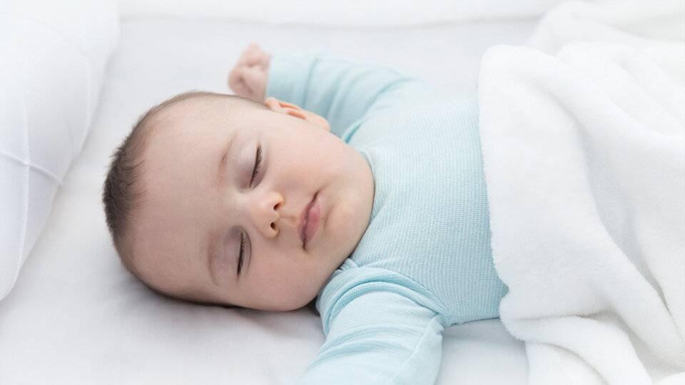 Причины, почему ребенок спит целый день