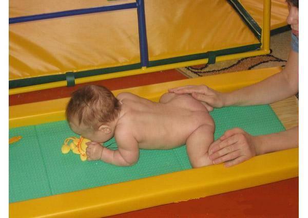 Как научить ребенка самостоятельно садиться и в каком возрасте это допустимо?