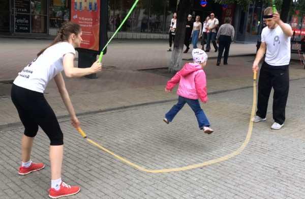 Как научить ребенка прыгать через скакалку