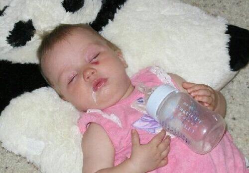 Ребенок давится слюной: основная причина, что делать.