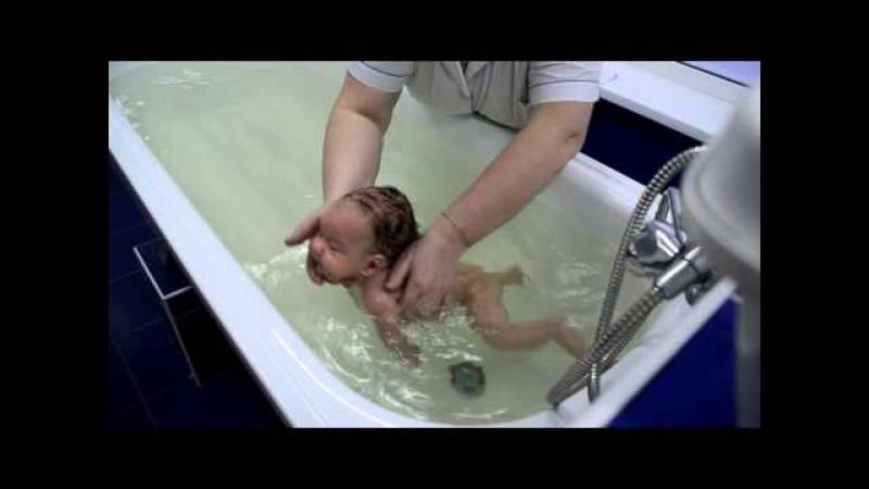 Плавание грудничков в ванне: как научить новорожденного ребенка выполнять водные упражнения в большой емкости дома, полезно ли это занятие для младенцев?