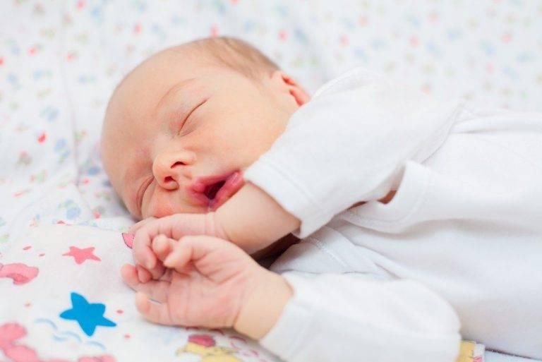Ребенок дергается во сне: причины, мнение комаровского
