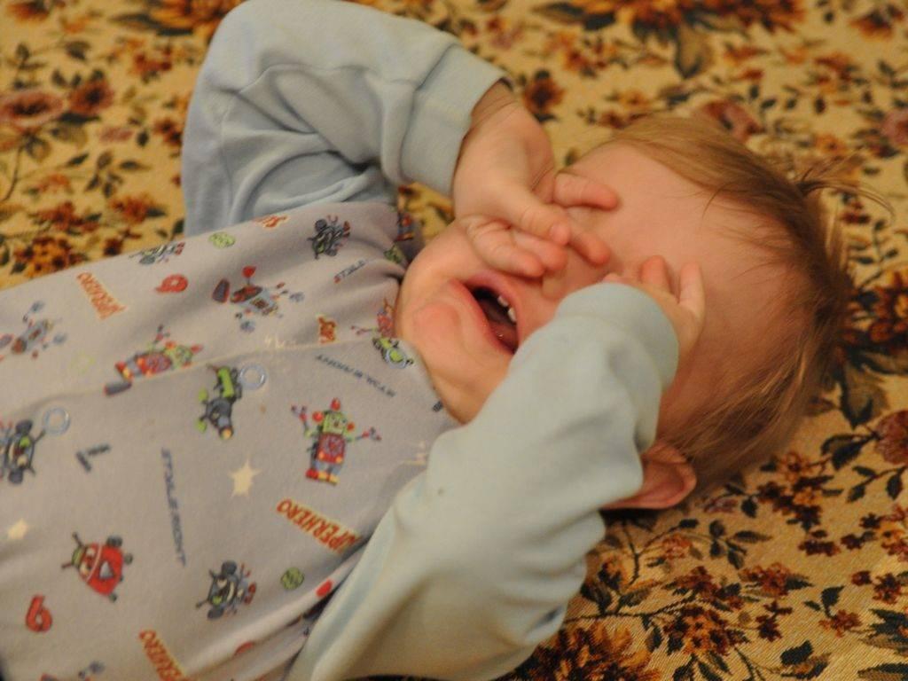 Почему ребенок плачет ночью во сне и что делать родителям?