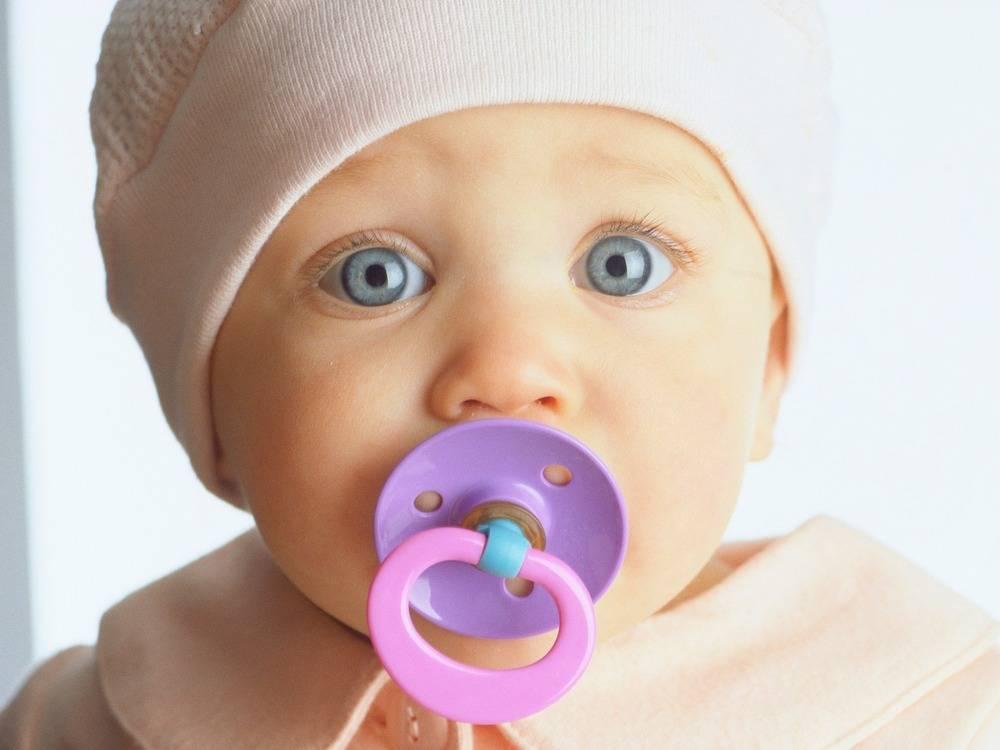 Пустышка для новорожденного: виды, обзор лучших моделей, советы по выбору, мнения специалистов о пользе и вреде.