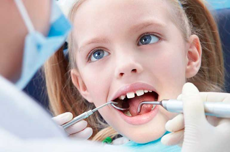 Удаление молочных зубов у детей: больно ли это и какие последствия могут быть?