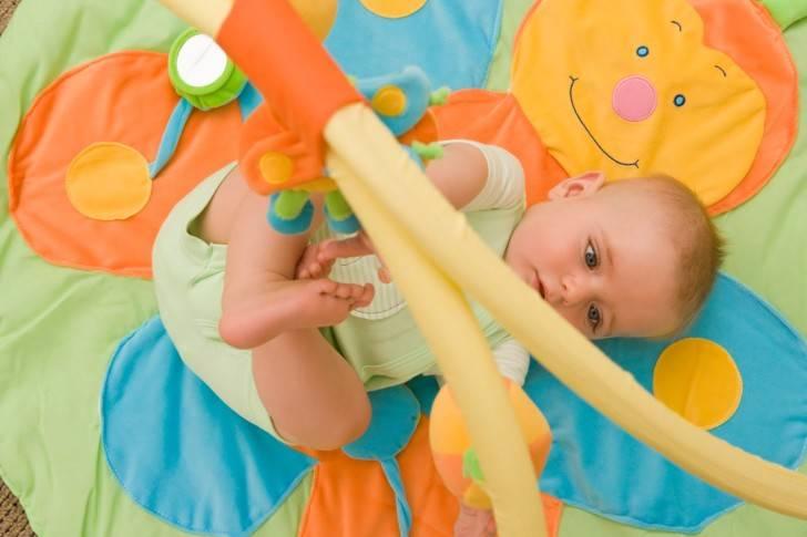 Как развивать ребенка в 2 месяца: полезные занятия с малышом