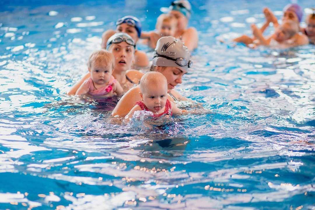 Грудничковое плавание: с какого возраста и чем полезно