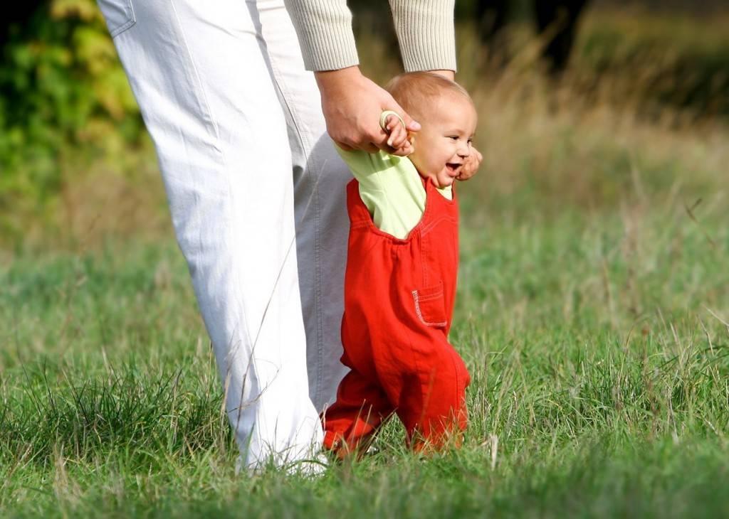 Во сколько начинают ходить дети, как учить ребенка ходить самостоятельно