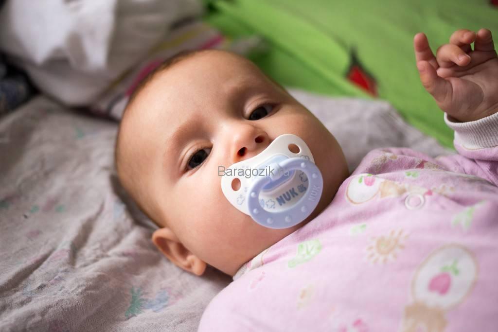 По каким причинам новорожденный не берет пустышку: приучаем малыша к соске
