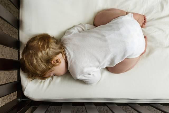Почему ребенок в 7 месяцев часто просыпается по ночам и плачет: причины плохого сна