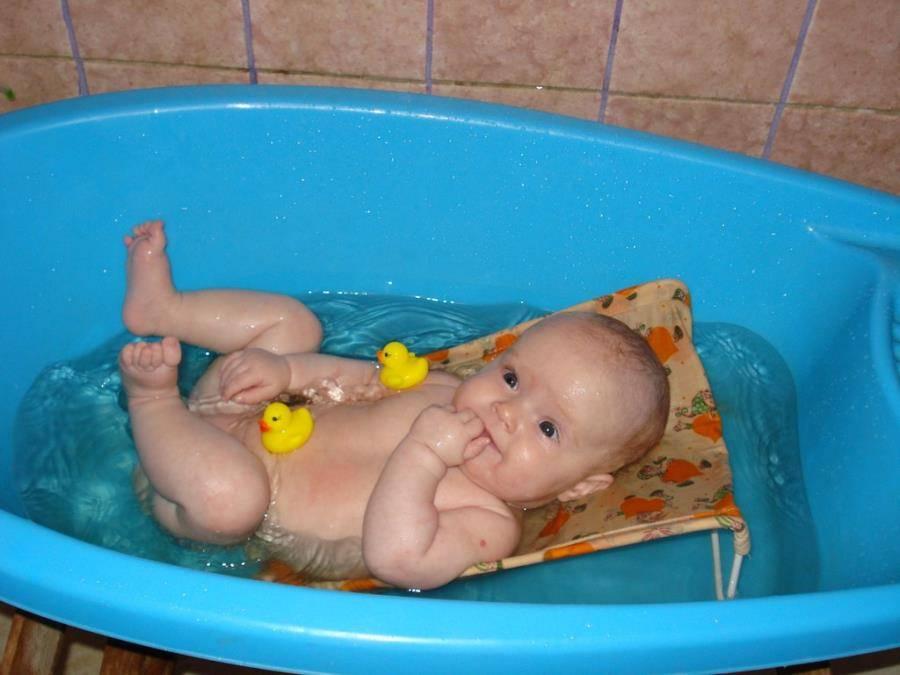 Круг для купания новорожденных: польза или вред, правила выбора и использования - впервые мама