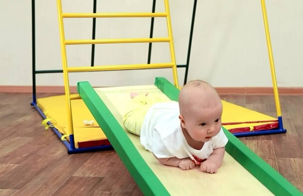 Развитие ребенка в 8 месяцев: что должен уметь делать, нормы роста и веса малыша, питание и режим дня