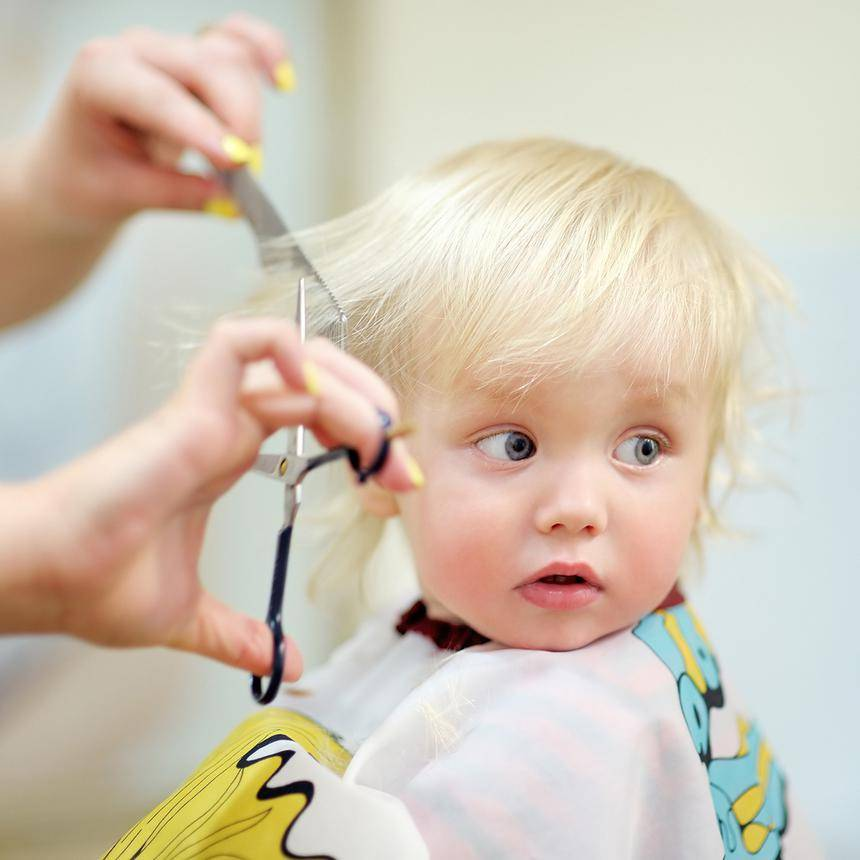 Зачем ребенка стричь в год: первая стрижка новорожденного, что, если он боится?