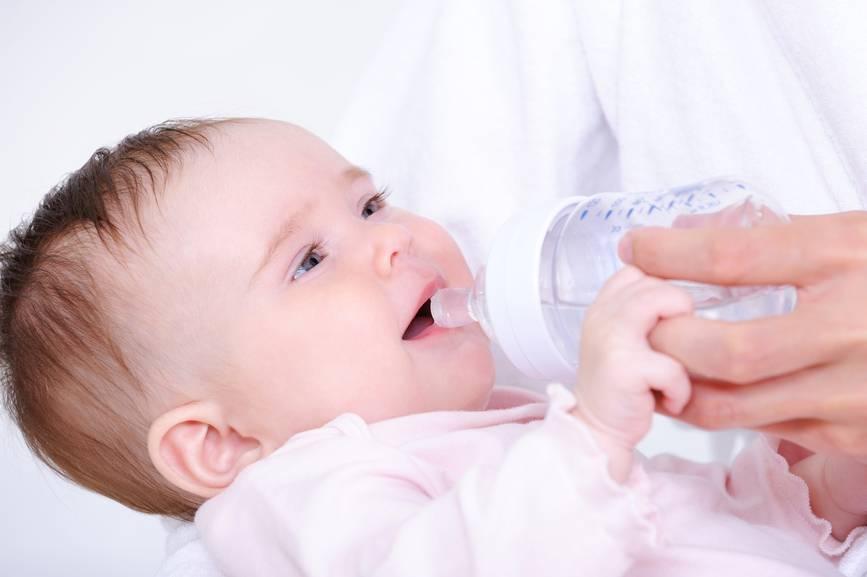 Ребенок не пьет воду (в 3, 7, 8 месяцев, при температуре), не хочет, употребляет мало или вообще отказывается: что делать?