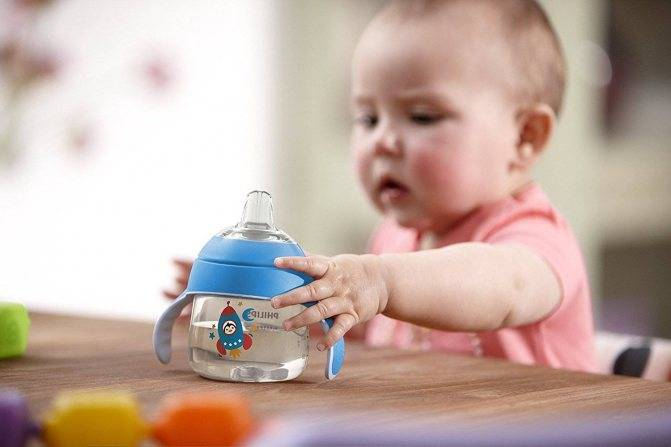 Как правильно кормить ребенка из бутылочки. в каком положении ее нужно держать, чтобы малыш не наглотался воздуха
