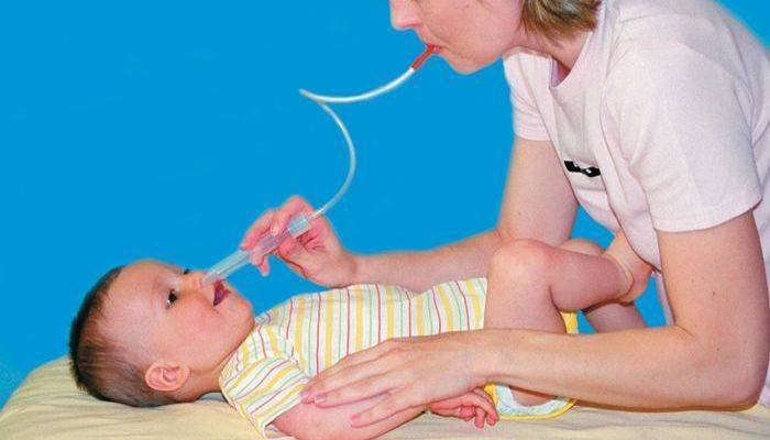 Как новорожденным чистить носик от соплей?