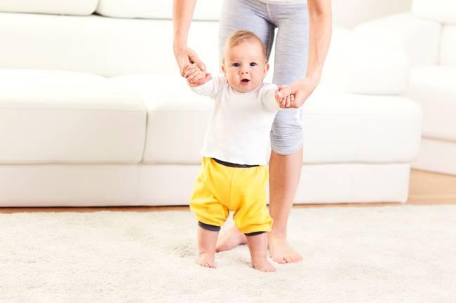 Когда ребенок начинает ходить самостоятельно: средний возраст, как помочь малышу