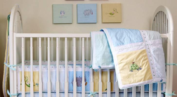 В помощь маме: где лучше поставить кроватку для новорожденного и как ее правильно застелить?