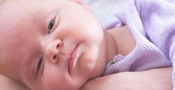 Новорожденный ребенок закатывает глаза вверх во сне