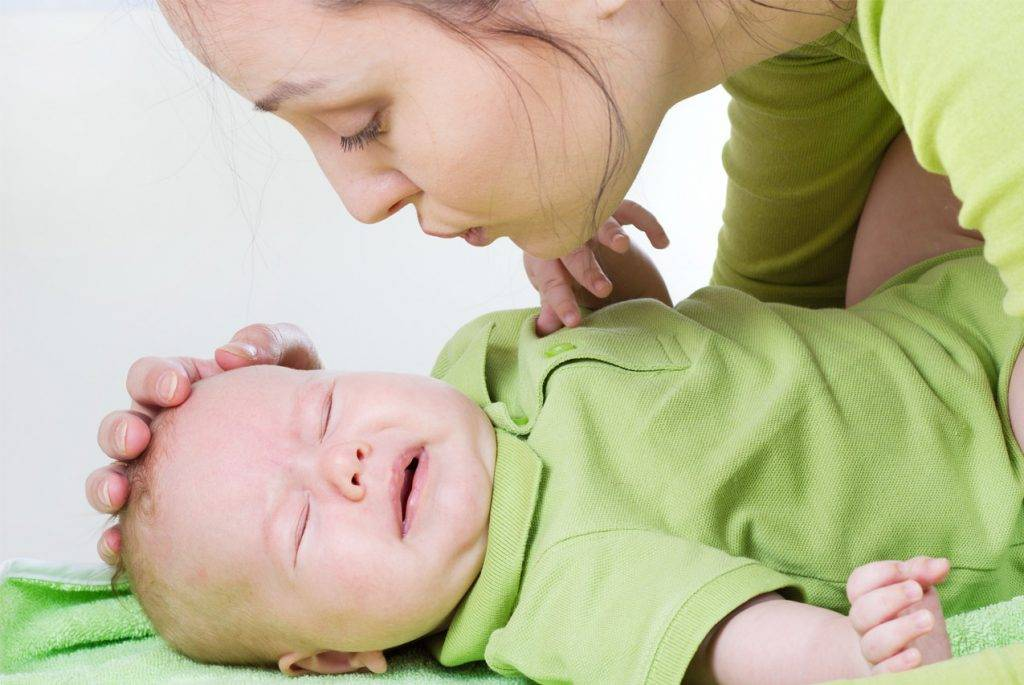 Грудничок плачет когда пукает: причины коликов, что делать, профилактика